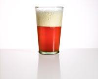 Bière anglaise de la Belgique sur la table Image stock