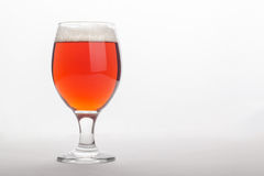 Bière anglaise rouge au-dessus de blanc Images stock
