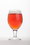 Bière anglaise rouge au-dessus de blanc Photos stock