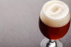 Bière anglaise rouge sur la table foncée Photographie stock libre de droits