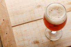 Bière anglaise rouge sur le bois léger Image libre de droits