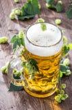 Bière avec des houblon photographie stock