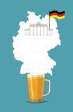 Bière avec la carte d'Allemand de silhouette de mousse Porte de Brandebourg et drapeau Images stock