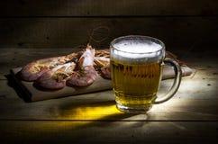 Bière avec la crevette Photographie stock libre de droits