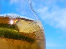 Bière avec la limette et le ciel Image libre de droits