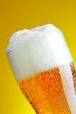 Bière avec la mousse photographie stock libre de droits