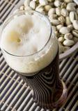 Bière avec la pistache salée images stock