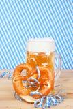 Bière avec le brezel et les flammes de papier image libre de droits