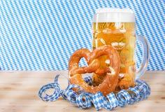 Bière avec le brezel et les flammes de papier photos libres de droits