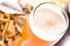 Bière avec le casse-croûte images stock