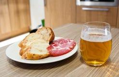 Bière avec le casse-croûte Photographie stock libre de droits