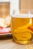Bière avec le casse-croûte Images libres de droits