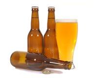 Bière avec les bouteilles brunes Photo libre de droits