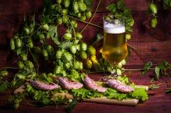 Bière avec les crevettes et la salade sur une table en bois Photos libres de droits