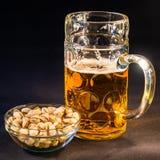 Bière bavaroise traditionnelle d'Octoberfest dans un grand un esprit de tasse de litre photos stock
