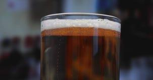Bière blonde dans un verre avec des baisses de l'eau Fin de bière de métier vers le haut de rotation banque de vidéos