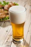 Bière blonde et casse-croûte Photo libre de droits