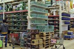 Bière d'achat de personnes au supermarché Photographie stock libre de droits