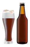 Bière dans la bouteille en verre et foncée de bière Image stock