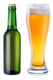 Bière dans la bouteille en verre et verte de bière Images stock
