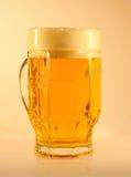 Bière dans la chope en grès Image stock