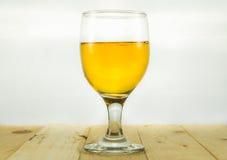 Bière dans le gobelet de l'eau Photo libre de droits