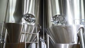 Bière dans le réservoir en métal Brassage de bière moderne Usine de bière avec les réservoirs inoxydables pour la fermentation de banque de vidéos