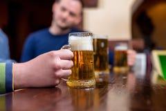 Bière dans une barre Photographie stock