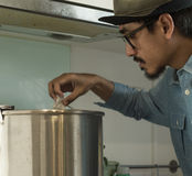 Bière de brew d'homme de l'Asie Photos stock