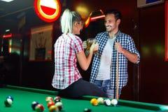 Bière de couples heureux et billard potables de jouer Photographie stock