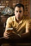 Bière de fixation de jeune homme. Images libres de droits