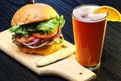 Bière de métier avec l'hamburger délicieux Images libres de droits