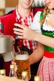 Bière de retrait de jeune femme dans le restaurant ou le pub Images stock