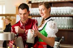 Bière de retrait de jeune homme dans le restaurant ou le pub Image libre de droits