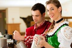 Bière de retrait de jeune homme dans le restaurant ou le pub Photographie stock libre de droits
