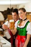 Bière de retrait de jeune homme dans le restaurant ou le pub Photo libre de droits