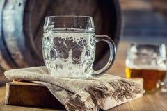 Bière Deux bières froides Bière pression Bière anglaise d'ébauche Bière d'or Bière anglaise d'or Bière de l'or deux avec la mouss Photo stock