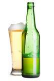Bière en bouteille et glace d'isolement Photographie stock libre de droits