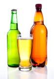 Bière en verre dans la bouteille en plastique Image libre de droits