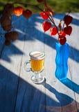 Bière en verre sur le fond en bois Physalis Photographie stock