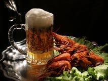 Bière et écrevisses Images stock