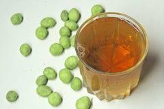 Bière et arachides avec un goût de wasabi Photo libre de droits