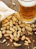 Bière et casse-croûte photo stock