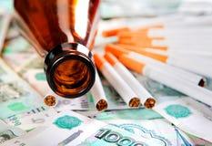 Bière et cigarettes sur l'argent photos stock