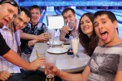 Bière et cocktails de boissons d'amis dans le bowling Photographie stock
