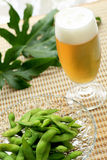 Bière et edamame Images stock