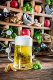 Bière et ingrédients frais dans la cave photos stock