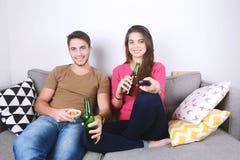 Bière et montre potables TV de couples Photographie stock libre de droits