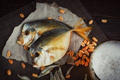 Bière et poissons secs sur la table en bois foncée photographie stock libre de droits