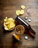 Bi?re et pommes chips dans la cuvette image libre de droits